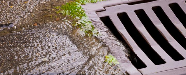 Foto von Regenwasser, das in Kanal läuft