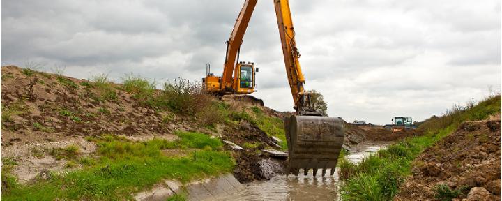 Bagger beim Ausheben eines Kanals im Rahmen des Emscherumbaus